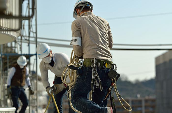 白いヘルメットをかぶった職人3人